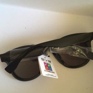 EYE Accessories - BNWT Woman's sunglasses
